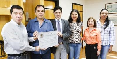 foto recebendo diploma